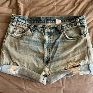 Levi heavily distressed high rise cut off